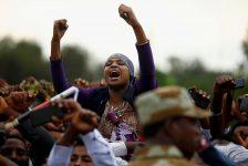 Demonstrators chant slogans while flashing the Oromo protest gesture during Irreecha, the thanksgiving festival of the Oromo people, in Bishoftu town, Oromia region, Ethiopia, October 2, 2016. REUTERS/Tiksa Negeri/File Photo